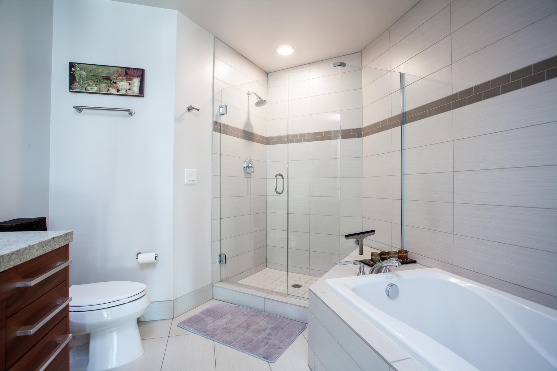 Escala 9th floor 2 bedroom condo with city views for Soaking tub in master bedroom